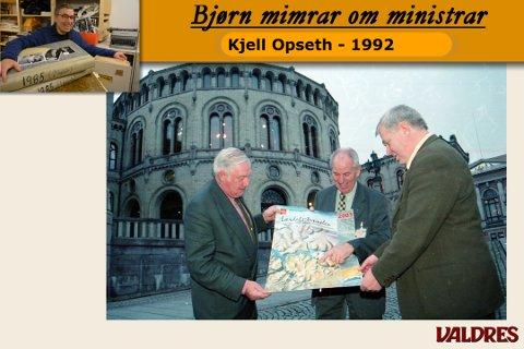 Johan Nyland, Kjell Opseth og Kjell Ivar Fossnes brettar ut stamvegplakaten framfor Stortinget.