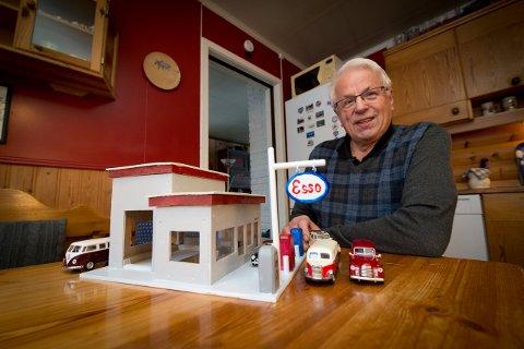 Arvid Dokken har laget en fuglemater som er en miniatyrutgave av den gamle Esso-stasjonen på Lillehammer.