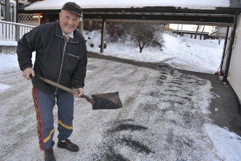 Svinger spaden: På tross av sine åtti år er ikke Harald Sebuødegård redd for å svinge spaden med strøsand for å gjøre vegene rundt Vikatunet trygge for beboerne.