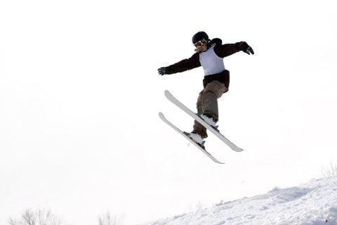Det kan være smart å sette fra seg skia hver for seg for å unngå tjuveri.