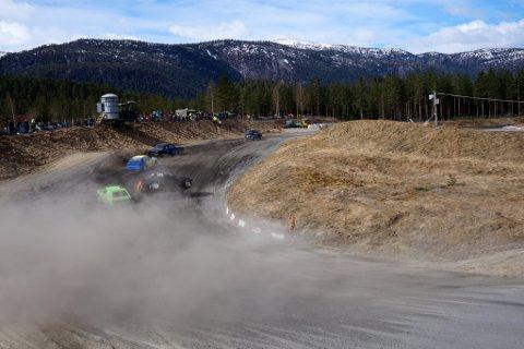 Nådde ikke A-finalen: Petter Leirhol fra NMK Valdres nådde ikke A-finalen i sesongåpningen for bilcrosserne. Her har han tatt ledelsen i et dramatisk heat med velt.