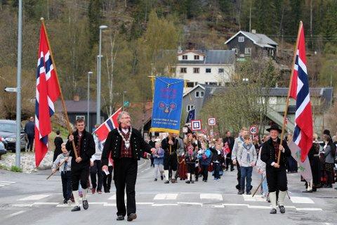 17. mai ifjor: Barnetoget i Bagn med bagn og Begnadalen Musikkorps, og ordfører Kåre Helland i spissen