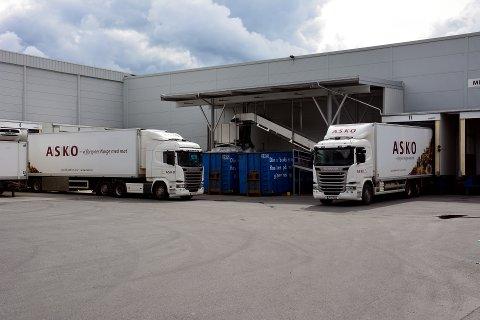 Lastes opp: Semitrailerene står klare for å bli fullastet med varer, som skal spres rundt omkring på Østlandet.