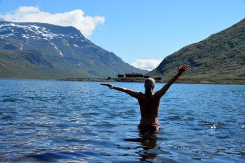 Forfriskende bad: Margrethe Kleiberg syns det var deilig å ta seg et bad i Bygdin i formiddag.