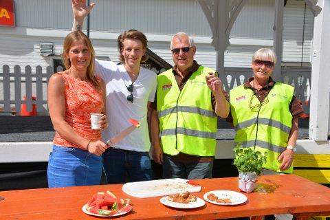 Gratis sommerlunsj: Alle som bidrog til sommerlunsjen møtte opp med godt humør. Fra venstre: Heidi Arnesen, Torje Rosendal, Kjell Ivar Fossnes, Unni Fossnes.