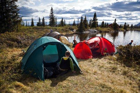 Å overnate i telt er spanande, spesielt når det blir tidleg mørkt.