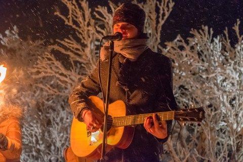 Sang: Espen Austdal (17) fra Øystre Slidre sang for de nesten 1000 frammøtte.