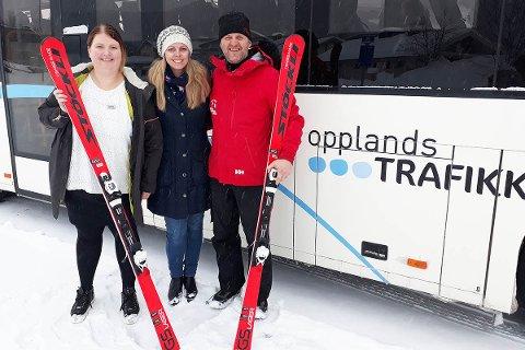 Fra venstre: Mari Finsveen (Scandic Valdres). Merete Hovi (Visit Valdres), Harald Kulhuset (Valdres Alpinsenter) er svært fornøyde med det nye skibuss-tilbudet.