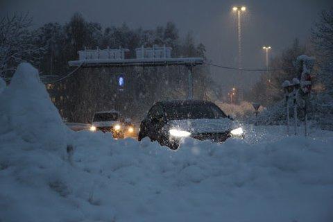 Stort snøfall mange steder fører til snøkaos på veiene.