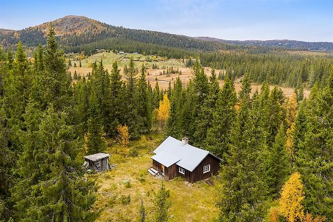 Selet ligger i naturskjønne omgivelser på Aurdalsåsen. Det mest forlokkende for mange er at det følger med jaktrett.