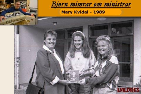 Elevane Målfrid Vatne (i midtren) og Tone Ranheim fekk æra av å overrekke boka og bli avbilda i avisa Valdres saman med statsråden