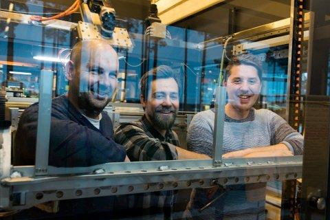 LYNRASK NYVINNING: Ingeniørene Kjell Erik Meier (fra venstre), Magnus Øren og Ørjan Stensæter er tre av hodene bak verdens raskeste posepakkemaskin.