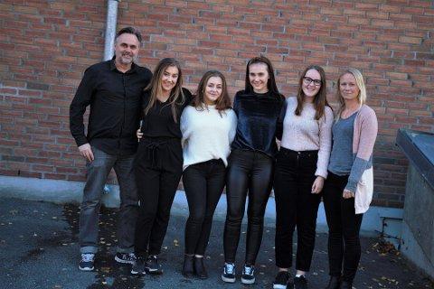 Takknemlig: Ørnulf Juvkam Dyve i Ung i Valdres er svært takknemlig for bidraget de nå har fått fra Sparebankstiftelsen. Her er han avbildet sammen med (f.v.) Anne Heidi Kvam Hillestad (18), Tonette Marie Hultén Odden Evenstuen (17), Maria Skrebergene (18), Sigrid Grøndalen Ingvaldsen (17), som skal synge på Valdres Brass Bands (VBB) julekonsert i morgen, og leder i VBB, Kaja Funder Idstad.