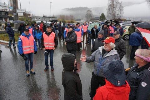 Geir Norling(i rød caps) har oppnådd det han ville. Plakatene på Hamar sykehus fjernes. Her fotografert under bartemarsjen i november. Foto:Morten Stensby