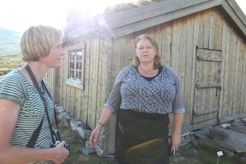 Solbjørg Kvålshaugen viser Linda Eide rundt i Vinjebue på Eidsbugarden. Foto: Anne Lognvik/NRK