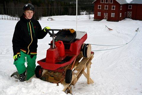 Anders Storruste foran sin gressklipper. Foto:Arne G. Perlestenbakke.