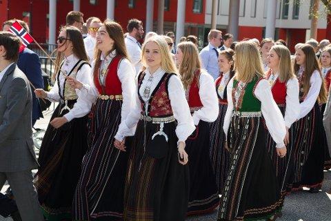 BUNAD: Sogn og Fjordane har tre offisielle bunadar. Dette er nordfjorbunad, sunnfjorbunad og sognebunad. Foto: Ivar Bruvik Sætre (arkiv)