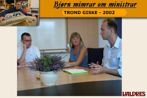 Besøk: Espen Granberg Johnsen (den gong leiar i Oppland Arbeiderparti) og  avdelingsleiar Gunhild Røyne på Valdres vidaregåande skule lyttar til Trond Giske (th) under besøket på skulen i august 2002.