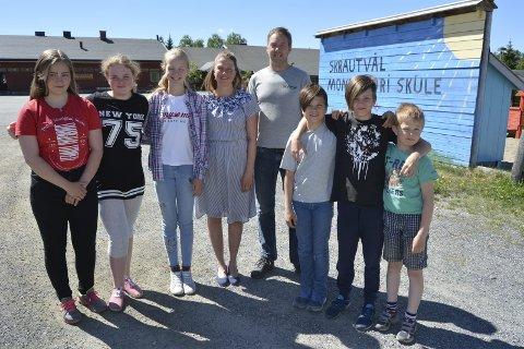 Velkommen: Elevene, lærer Kysten Rogn og styrelærer Knut Grøndalen ønsker nye elever velkommen til Skrautvål montessori skule.