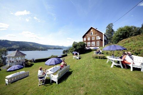 Fortsatt ikke solgt: Den gamle skolebygningen ved Slidrefjorden i Lomen ligger fortsatt ute for salg.