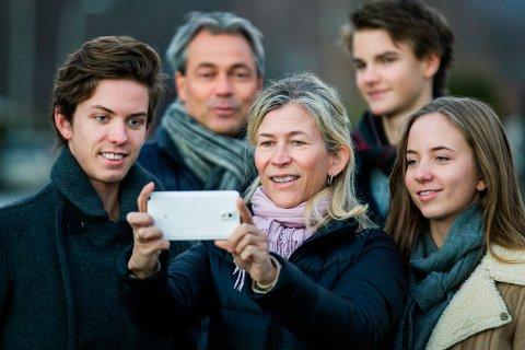 Snok: 6 av 10 foreldre sier de har snoket på barnas mobiler, uten lov. Like mange mener de har både rett og plikt til å gjøre det.