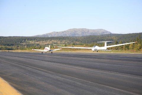 Positive: Avinor og Valdres Flyklubb er i dialog om klubbens videre bruk av flyplassen. Avinor gjør alt de kan for at denne skal kunne opprettholdes.