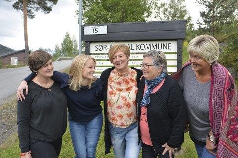 Gjerne: Ja, takk, vi vi gjerne ha ein kvinneleg ordførar, seier f. v.  Marit Hougsrud, Magnhild Huseby Bolstad, Trine Adde Hansebakken, Emmy Bakkom og Hanne N. Grimsrud.