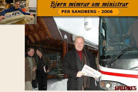 Per Sandberg fekk med seg godt lesestoff då han var innom Leirin. Til venstre skimtar vi samferdselens «grand old man» i Valdres, Arne Bang.