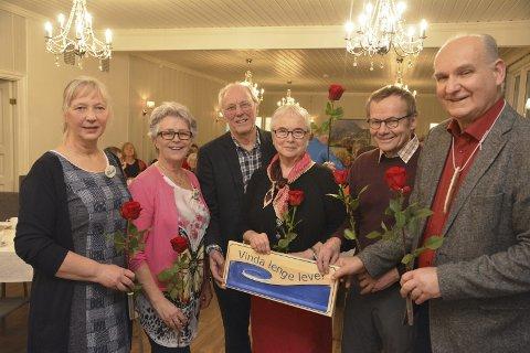 Styret i Vern Vinda gjorde stas på seg sjølve: Bjørn Kjensli (t.h.) delte ut roser og ros til f.v. Gunvor Hegge, Liv Hirth Skjel, Fred Kuyper, Solveig Rydland og Jan Gausemel.