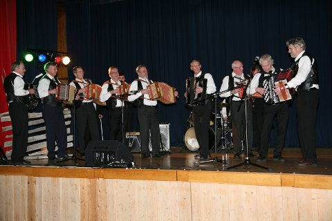 Humørspreiarar: Toradergruppa Skarvemellin spelar til dans på gamaldanskvelden på hotellet.