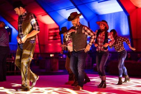 POPULÆRT: For 5. år på rad ble det arrangert cowboyfest på Myhre Gård på Beitostølen, og 300 gjester tok turen til gården lørdag kveld for dans og livemusikk.