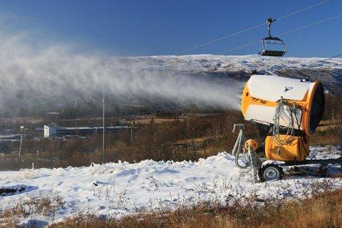 SNØPRODUKSJON: Snøkanonene går for fulle mugger på Beitostølen mandag.