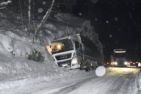 Valdres: Her er en semitrailer ved Løkjisberget i Lomen, som har kjørt ut av E16.