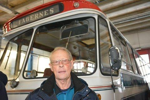 Turbil: Svein Edvard Stensrud begynte i JVB i 1966 og la ned stor innsats innanfor turbilområdet. Her er han avbilda framfor ein 1967-modell veteranbuss, som av alle ting har vore på Buckingham Palace.