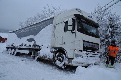 Står fast: En utenlandsk sjåfør står fast i Tørpegardsvegen, som er en av de mest uframkommelige vegene for lastebiler i Valdres på vinterstid.