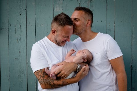 FØDSELSHISTORIEN: Knut og Kjartan har valgt å være åpne om prosessen med å få barn via surrogat, som er ulovlig å gjennomføre i Norge.
