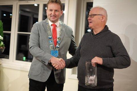 Gratulerer: Ordførar Vidar Eltun delte ut Den positive Vangsgjelding 2019 til lensmann Odd Vidme onsdag på Vang folkebibliotek.
