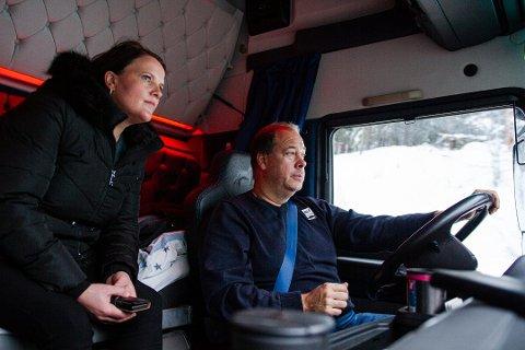 LASTEBIL: Ordfører Linda Mæhlum Robøle fikk oppleve Fv2444 fra lastebilen til Bjørn Ivar Gunhildgard i slutten av november. Da fryktet hun at vegen skuklle bli stengt senere enn 20.desember. Foto: Susanne Adensfield