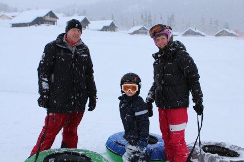 MORO I TUBEBANEN: Marius Larsen (f.v.), Theodor Schølseth Larsen og Karina Schølseth tok flere runder i tubebanen. Foto: Rune Larheim
