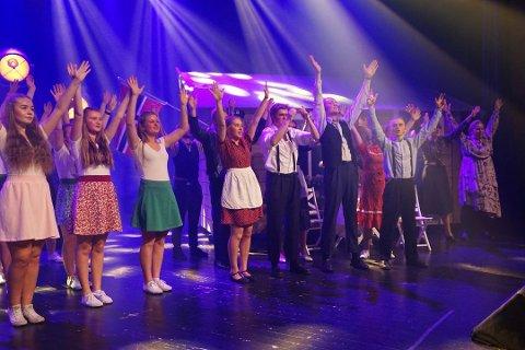 """Fullt hus: Omlag 1200 publikummere fikk med seg Ung i Valdres forestilling """"Brødrene Østermann"""". Her takker ungdommene en fullsatt sal under premieren."""