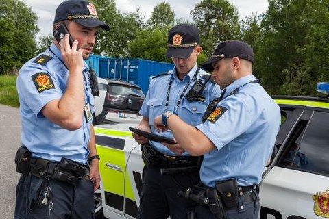 POLITIARBEID PÅ STEDET: Patruljemannskap starter etterforskning.