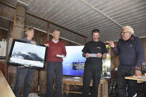 Populært: Maleriet som Hilde Husevold hadde laget, falt i smak hos Randi og Andres Horge (f.v.) her sammen med leder i Midre Syndin hytteeierforening, Ole Johan Stokstad, og styremedlem i foreninga, Jan Midthus.