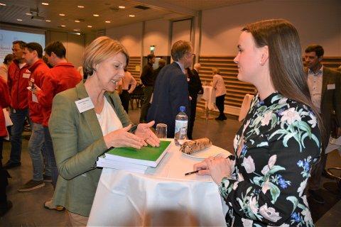 Marit Knutsdatter Strand og Anna Linnea Ottosen i NHO Innlandet hadde mye å snakke om på kort tid.