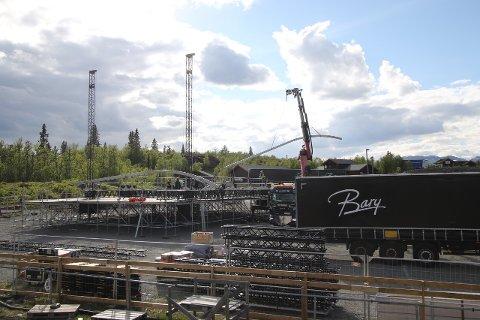 Når festivaltaket ligger 14 meter over hodene til både STING og Hellbillies, må sceneriggerne klatre til topps.