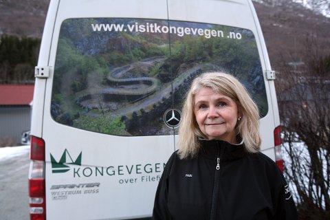 KLAR TIL Å KØYRE: Kongevegbussen blir operert av Solheim Taxi og Marianne Solheim. I år og neste år blir bussen sentral i å utvikle bagasje- og sykkeltransport mellom Lærdalsøyri og Tyinkrysset.