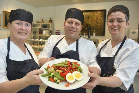 Nominert: Kjøkkensjef Liv Kjonerud og kokkene Inge Lillemoen og Asbjørg Hansebråten er stolte over å være nominert til prisen Årets Matgledebedrift og ser med spenning fram til kåringa som skjer i slutten av oktober.