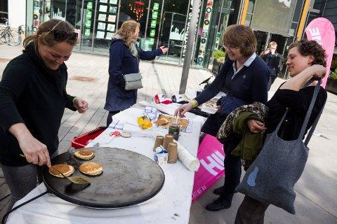 Lappesteiking: Andrekandidat for Venstre i Øystre Slidre, Alice Gudheim, lokkar med nysteikte lappar når Valdres Venstre sparkar i gang valkampen. Her steikar ho lappar i annan samanheng tidlegare i år.