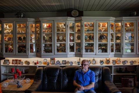 SAMLING: Alf Edvin Rye samler på vekkerklokker, og har over 400 fungerende mekaniske klokker stilt ut på stua.