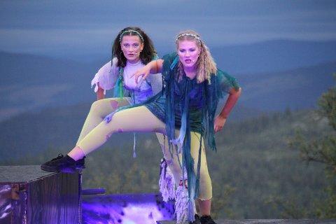 Midt i fjellheimen: Ine Karlsen (t.v.) og Marthe Dahlen Myhre er huldre i spelet. Her under ei nylig prøveforestilling.