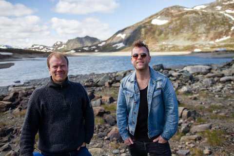 GLEDER SEG: Gaute Lein Ausrød fra Staut og Tor Oxhovd fra Bygdin Fjellhotell gleder seg til å arrangere Makalaus ved Bygdin torsdag 8. august.